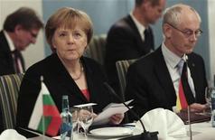 La economía alemana probablemente perderá impulso en el cuarto trimestre del año debido a un debilitamiento de la inversión, la producción industrial y las exportaciones, pero los principales indicadores apuntan a una recuperación en el transcurso de 2013, dijo el martes el Ministerio de Economía. En la imagen, la canciller Angela Merkel (I) y el presidente de la UE, Herman Van Rompuy, el 10 de diciembre de 2010 en Oslo. REUTERS/Daniel Sannum-Lauten/Pool
