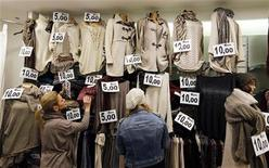La vetrina di un negozio a Roma. REUTERS/Alessandro Bianchi (ITALY - Tags: POLITICS ELECTIONS BUSINESS)