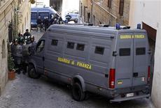 Immagine d'archivio di una operazione della Guardia di Finanza. REUTERS/Max Rossi (ITALY - Tags: CIVIL UNREST POLITICS BUSINESS)