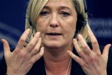 <p>Une demande de levée de l'immunité parlementaire de Marine Le Pen a été transmise au Parlement européen par le ministère de la Justice, une demande qui fait suite à ses déclarations le 10 décembre 2010 à Lyon, où elle avait établi un parallèle entre les prières de rue et une occupation. /Photo prise le 21 novembre 2012/REUTERS/Vincent Kessler</p>