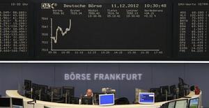 <p>Les Bourses européennes se reprennent à la mi-séance, portées par la publication d'un indice ZEW en Allemagne en nette amélioration au mois de décembre. À Francfort, le Dax prenait 0,57% à la mi-séance, à Londres, le FTSE gagnait 0,23% et à Paris, le CAC 40 avançait de 0,68%. /Photo prise le 11 décembre 2012/REUTERS/Remote/Wolfgang Ratty</p>