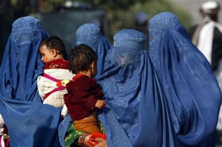 Afghan women hold their children as they walk in Torkham, border of Afghanistan and Pakistan October 31, 2012. REUTERS/Parwiz/Files