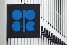 Логотип ОПЕК на стене штаб-квартиры организации в Вене 16 марта 2010 года. ОПЕК сообщила о сокращении добычи в ноябре и предупредила, что рост мирового потребления нефти в первом полугодии 2013 года может оказаться ниже ожиданий из-за слабости мировой экономики. REUTERS/Heinz-Peter Bader