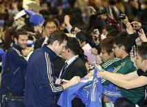 Frank Lampard e Juan Mata do Chelsea dão autógrafos para fãs na chegada do time ao aeroporto internacional de Tóquio. Dois jogadores do Chelsea foram cercados por torcedores ao entrarem num café da rede Starbucks no Japão, nesta terça-feira, depois de um treino para o Mundial de Clubes. 9/12/2012 REUTERS/Kim Kyung-Hoon
