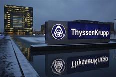 <p>Au lendemain de l'annonce d'une perte annuelle de 4,7 milliards d'euros, le président du directoire de ThyssenKrupp s'est engagé mardi à prendre des mesures pour régler les problèmes du premier groupe allemand de sidérurgie. /Photo prise le 11 décembre 2012/REUTERS/Ina Fassbender</p>