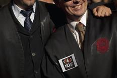 El sector de la justicia española ha convocado paros de una hora el miércoles en protesta por las reformas que plantea el Ministerio de Justicia y por las carencias de medios de los juzgados, convirtiéndose así en el último colectivo que se rebela contra los ajustes del Gobierno por la crisis económica. En la imagen, dos abogados en una protesta contra la nueva legislación de tasas impuesta por el ministro de Justicia, Alberto Ruiz Gallardón, en Málaga, el 28 de noviembre de 2012. REUTERS/Jon Nazca