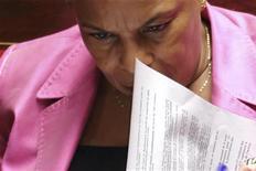 <p>La ministre de la Justice Christiane Taubira estime que François Hollande était tout à fait fondé en tant que personne privée à produire une lettre pour appuyer les poursuites en diffamation engagées par sa compagne contre un livre de deux journalistes. /Photo prise le 7 novembre 2012/REUTERS/Philippe Wojazer</p>