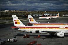 Los sindicatos de Iberia han solicitado el martes un nuevo proceso de mediación en el conflicto que les enfrenta con la dirección de la aerolínea, anunciado una huelga a partir del próximo 7 de enero en caso de que no se llegue a un acuerdo. En la imagen, varios aviones de Iberia en el aeropuerto de Madrid el 29 de noviembre de 2012. REUTERS/Susana Vera