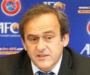<p>Michel Platini, président de l'UEFA, reste un farouche opposant au recours à la technologie dans l'arbitrage et juge que l'argent ainsi dépensé devrait servir au développement du football. /Photo prise le 11 décembre 2012/REUTERS/Bazuki Muhammad</p>