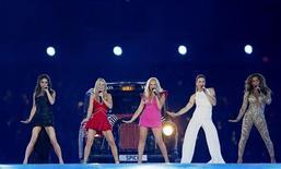 """As Spice Girls em performance durante a cerimônia de encerramento das Olimpíadas de Londres 2012. A banda encara o tapete vermelho em Londres nesta terça-feira para a estreia mundial de um musical baseado em sua ascensão meteórica à fama na década de 1990, e vai descobrir se o famoso """"Girl Power"""" (""""Poder Feminino"""") ainda agrada a próxima geração. 12/08/2012 REUTERS/Stefan Wermuth"""