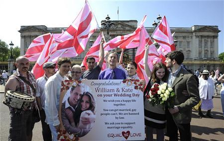 Demonstrators led by campaigner Peter Tatchell (C) wave pink Union flags outside Buckingham Palace during a protest against Britain's gay marriage ban, in London April 25, 2011. REUTERS/Paul Hackett
