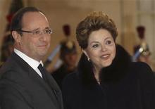 O presidente da França, François Hollande, dá boas-vindas à presidente Dilma Rousseff, no Palácio do Eliseu, em Paris. A presidente Dilma Rousseff defendeu nesta terça-feira a combinação de medidas de austeridade fiscal e de incentivo ao crescimento econômico como receita para superar a atual crise econômica global. 11/12/2012 REUTERS/Philippe Wojazer