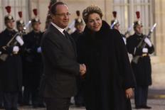 <p>François Hollande et la présidente brésilienne Dilma Rousseff, à l'Elysée. La France et le Brésil ont fait mardi des appels du pied à la chancelière allemande Angela Merkel pour qu'elle prenne des mesures destinées à relancer la croissance en Europe et se rapproche de Paris sur la réforme à venir de la zone euro. /Photo prise le 11 décembre 2012/REUTERS/Philippe Wojazer</p>