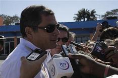 O presidente do Equador, Rafael Correa, fala com a mídia na chegada ao aeroporto Jose Marti, em Havana. 10/12/2012 REUTERS/Enrique De La Osa
