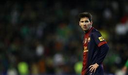 <p>Selon Tito Vilanova, l'entraîneur de Lionel Messi, l'international argentin du FC Barcelone joue actuellement de la même façon qu'en équipe de jeunes, alors qu'il est âgé de 25 ans et passé professionnel. /Photo prise le 9 décembre 2012/REUTERS/Marcelo del Pozo</p>