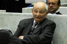 """<p>Le président-fondateur des laboratoires Servier, Jacques Servier, et six entités juridiques de son groupe ont été mis en examen mardi pour """"homicides et blessures involontaires"""" dans l'enquête sur le médicament Mediator, qui aurait fait de 500 à 2.000 morts de 1976 à 2009. /Photo d'archives/REUTERS/Charles Platiau</p>"""
