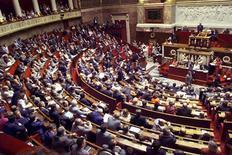 <p>Les députés ont engagé mardi dans un climat tendu l'examen du projet de loi sur le séjour des étrangers en France qui divise la majorité mais aussi l'opposition, partagés sur le remplacement de la garde à vue par une retenue des sans-papiers. /Photo d'archives/REUTERS/Jean Paul Pélissier</p>
