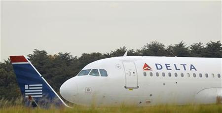 A US Airways jet (L) lines up behind a Delta Airlines aircraft for take off at BWI Thurgood Marshall International Airport near Baltimore, Maryland October 24, 2012. REUTERS/Gary Cameron