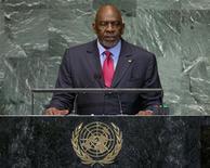 El primer ministro de Mali se vio obligado a dimitir el martes por los soldados que protagonizaron un golpe de Estado en marzo, subrayando el control de los militares y complicando los esfuerzos internacionales para ayudar a expulsar a los islamistas del norte del país. En la imagen de archivo, el primer ministro de Mali, Cheick Modibo Diarra, se dirige a la 67 sesión de la Asamblea General de Naciones Unidas, en la sede del organismo internacional en Nueva York, el 26 de septiembre de 2012. REUTERS/Ray Stubblebine