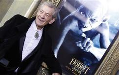 """Ator Ian McKellen, que interpreta o personagem Gandalf na trilogia """"O Senhor dos Anéis"""" é visto durante estréia do filme """"O Hobbit"""", em Nova York. McKellen disse em entrevista publicada na terça-feira que há seis ou sete anos sofre de câncer na próstata, mas que a doença não causa risco à sua vida. 06/12/2012 REUTERS/Carlo Allegri"""