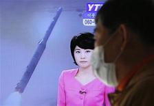 <p>A la garde de Séoul, une télévision diffuse des informations concernant le tir d'une fusée par la Corée du Nord. Comme elle l'avait annoncé, Pyongyang a effectué ce tir mercredi, défiant la réprobation de la communauté internationale. Le Conseil de sécurité de l'Onu a prévu de se réunir mercredi matin pour étudier la réponse à apporter à ce tir. /Photo prise le 12 décembre 2012/REUTERS/Lee Jae-Won</p>
