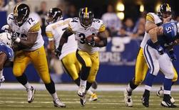 Pittsburgh Steelers running back Rashard Mendenhall (34) carries the football as Steelers offensive tackle Jonathan Scott (72) blocks and Steelers offensive guard Doug Legursky (64) blocks Indianapolis Colts linebacker Pat Angerer (51) during the third quarter of their NFL football game in Indianapolis September 25, 2011. REUTERS/Brent Smith