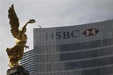 """En febrero de 2008, las autoridades mexicanas dijeron al consejero delegado de la unidad mexicana de HSBC Holdings, que los narcotraficantes locales se referían al banco como el """"lugar para blanquear dinero"""", dijeron fiscales estadounidenses el martes, al anunciar una multa récord de 1.920 millones de dólares (1.483 millones de euros) para el banco británico. En la imagen, la sede del HSBC cerca de la estatua del Ángel de la Independencia en Ciudad dee México, el 11 de diciembre de 2012. REUTERS/Edgard Garrido"""