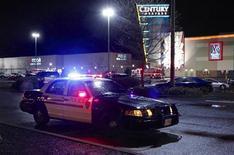 Полицейская машина стоит около торгового центра Clackamas Town Center в пригороде Портленда (США), 11 декабря 2012 года. В разгар рождественского сезона распродаж вооруженный человек открыл стрельбу в торговом центре в штате Орегон, убив по меньшей мере двух человек и сильно ранив одну молодую девушку, после чего застрелился, сообщила полиция. REUTERS/Steve Dipaola