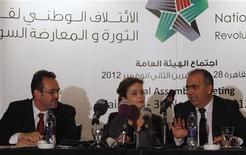 Da destra a sinistra: Waleed Al-Bonni, portavoce del governo di opposizione siriana, Suheir Atassi, vicepresidente, e Khaled Al-Saleh, membro della coalizione. REUTERS/Asmaa Waguih