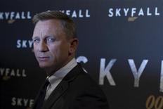 """El ficticio James Bond siempre ha tenido licencia para matar y una investigación realizada en Nueva Zelanda sugiere que las películas sobre el espía se han vuelto más violentas con el paso de los años. En la imagen, de 24 de octubre, el actor Daniel Craig posa para los fotógrafos en el photocall de la película """"Skyfall"""" en París. REUTERS/Gonzalo Fuentes"""