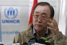 Secretário-geral da ONU, Ban Ki-moon, fala com a imprensa durante visita ao campo de refugiados de Al Zaatri, na cidade jordaniana de Mafraq, perto da fronteira com a Síria. Ban Ki-moon condenou veementemente o lançamento de um foguete pela Coreia do Norte e expressou preocupação de que a atitude norte-coreana possa impactar negativamente as perspectivas de paz e segurança na região. 7/12/2012 REUTERS/Muhammad Hamed