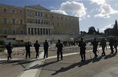 Grécia vai recomprar todos os títulos oferecidos se os credores internacionais aumentarem seu financiamento. 07/12/2012. REUTERS/John Kolesidis