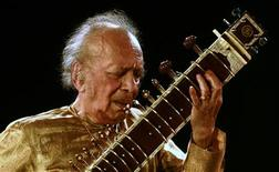 Indian sitar player Ravi Shankar performs in the eastern Indian city of Kolkata in this February 7, 2009 file photo. Sitarist and composer Shankar has died in San Diego, media reports said on December 12, 2012. Shankar, 92, a three-time Grammy winner with legendary appearances at the 1967 Monterey Pop festival and Woodstock, was admitted to hospital last week after he complained of breathlessness, the Hindu reported. REUTERS/Jayanta Shaw/Files