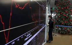 <p>A la Bourse d'Athènes. La Grèce a demandé mercredi à ses bailleurs de fonds internationaux 1,29 milliard d'euros de financement supplémentaire pour pouvoir accepter la totalité des offres soumises à son opération de rachat de dette. /Photo prise le 12 décembre 2012/REUTERS/John Kolesidis</p>