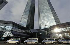 <p>Deutsche Bank a annoncé mercredi que des perquisitions étaient en cours dans ses locaux de Francfort dans le cadre d'une enquête sur des soupçons d'évasion fiscale par le biais d'échanges de permis d'émission de dioxyde de carbone (CO2). /Photo prise le 12 décembre 2012/REUTERS/Kai Pfaffenbach</p>
