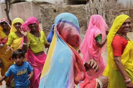 Women walk to work outside their village near Pushkar in the state of Rajasthan June 25, 2009. REUTERS/Jorge Silva/Files