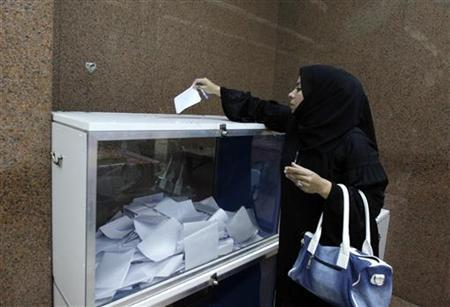 An Egyptian casts her vote on the new Egyptian constitution at the Egyptian consulate in Dubai, December 12, 2012. REUTERS/Jumana El Heloueh (UNITED ARAB EMIRATES - Tags: POLITICS)