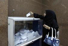 Egípcia vota em nova constituição do Egito no consulado em Dubai. 12/12/2012 REUTERS/Jumana El Heloueh