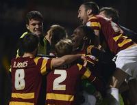 Jogadores do Bradford City comemoram após cobrança de pênalti que eliminou o Arsenal em partida humilhante. 11/12/2012. REUTERS/Nigel Roddis