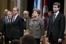 Prefeito de Paris, Bertrand Delanoe (E), presidente Dilma Rousseff (C) e ministro da Indústria francês, Arnaud Montebourg (D), vão a uma cerimônia do Hotel de Ville durante visita oficial à França, em Paris. 12/12/2012 REUTERS/Jacky Naegelen