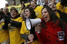 Miles de trabajadores del sector judicial interrumpieron el miércoles su actividad durante una hora para protestar contra las reformas que plantea el Ministerio de Justicia, que creen que devaluará el servicio, en el último ejemplo de un colectivo público que se rebela contra los ajustes del Gobierno por la crisis económica. En la imagen, trabajadores de la justicia protestan en Madrid el 12 de diciembre de 2012. REUTERS/Andrea Comas