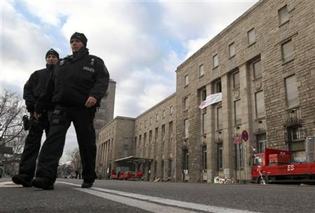 German police officers walk in front of the train station in Stuttgart January 13, 2011. REUTERS/Alex Domanski (GERMANY - Tags: POLITICS CIVIL UNREST)