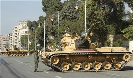 Army tanks are positioned outside the presidential palace in Cairo December 12, 2012. REUTERS/Khaled Abdullah (EGYPT - Tags: POLITICS CIVIL UNREST MILITARY)