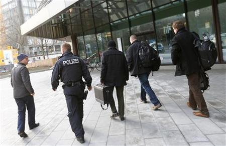 Police, tax investigators and state prosecutors stand outside headquarters of Germany's largest business bank, Deutsche Bank AG in Frankfurt December 12, 2012. REUTERS/Kai Pfaffenbach (GERMANY - Tags: BUSINESS CRIME LAW)