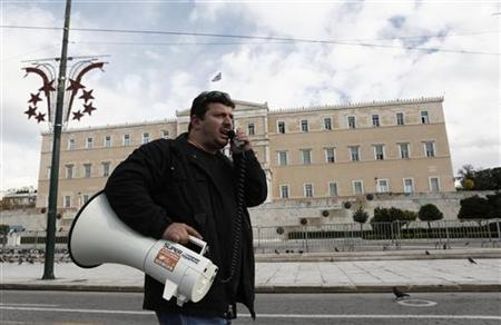 A municipal worker shouts slogans during a rally against state sector layoffs demanded by the country's international lenders, in front of the parliament in Athens December 12, 2012. REUTERS/Yorgos Karahalis (GREECE - Tags: POLITICS BUSINESS)