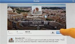 Página do twitter do Papa Bento XVI é fotografada com seu primeiro tweet em um iPad. Foto tirada em Milão. 12/12/2012 REUTERS/Stefano Rellandini