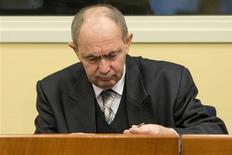 El tribunal para crímenes de guerra en la antigua Yugoslavia condenó el miércoles a cadena perpetua al general serbobosnio Zdravko Tolimir por su papel en la masacre de Srebrenica en 1995, la peor atrocidad cometida en Europa desde la Segunda Guerra Mundial. En la imagen, Zdravko Tolimir en La Haya el 12 de diciembre de 2012. REUTERS/Peter Dejong/ Pool