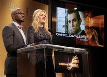 """Daniel Day-Lewis é anunciado para o prêmio de melhor performance de ator masculino no papel de protagonista em """"Lincoln"""", com os atores Taye Diggs (E) e Busy Philipps anunciando as indicações para o 19th Prêmio Anual do Sindicato de Atores de Cinema, em Hollywood, Califórnia. 12/12/2012 REUTERS/Jason Redmond"""