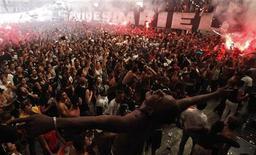 El Corinthians de Brasil venció el miércoles 1-0 al campeón africano Al-Ahly, logrando la clasificación para la final del Mundialito de Clubes de la FIFA, aunque el equipo sudamericano no brilló en su debut en el torneo. En la imagen, la afición del Corinthians celebra el pase a la final del Mundialito en Sao Paulo. REUTERS/Nacho Doce