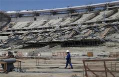 <p>Travaux dans le stade Maracana Stadium, à Rio de Janeiro. Le vice-ministre brésilien des Sports a réaffirmé mercredi que les douze villes hôtes de la Coupe du monde 2014 de football seraient prêtes à temps pour le tournoi. /Photo prise le 8 décembre 2012/REUTERS/Gary Hershorn</p>